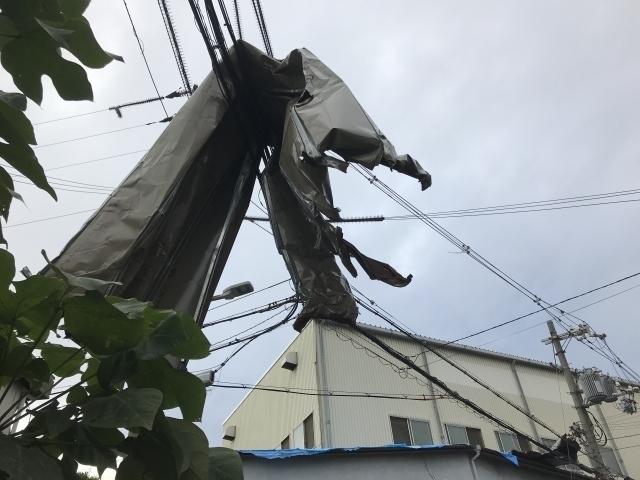 台風被害「光回線の電線に屋根がかぶさる」.jpg